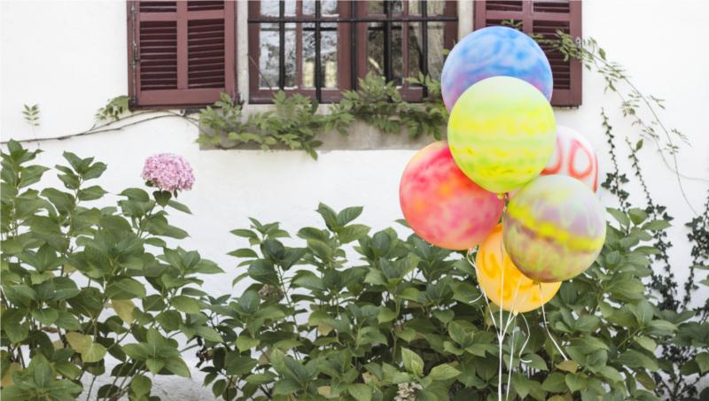Painting balloons with Pintyplus Aqua spray